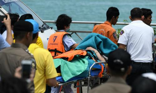 Nhân viên phản ứng khẩn cấp ngày 7/7 đưa thi thể nạn nhân vào bờ. Ảnh: AFP.