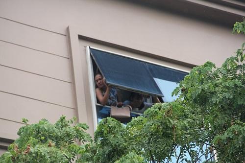 Nhân viên mắc kẹt tại tầng 5 mở cửa sổ kêu cứu. Ảnh: Gia Chính.