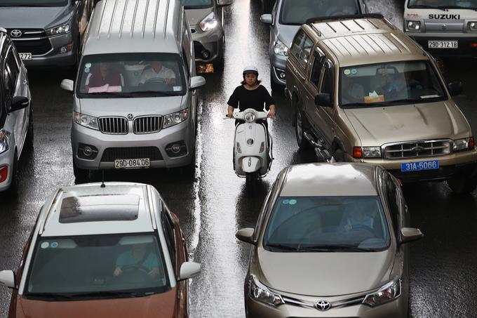 Đường phố Hà Nội ùn tắc nhiều giờ sau cơn mưa lớn