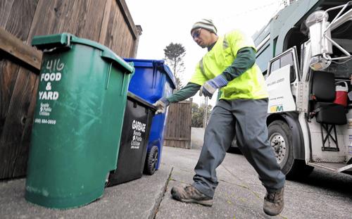 Người dân Seattle cần phân loại rác thành ba loại riêng biệt. Ảnh: Elaine Thompson.
