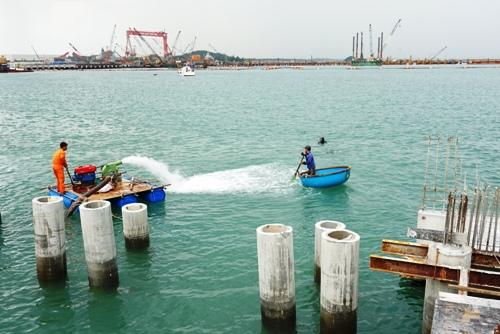 Đơn vị trục vớt hút lớp cát 5 mét trên xác tàu. Ảnh: Phạm Linh.