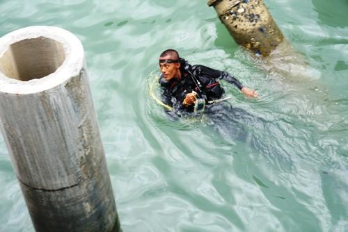 Thợ lặn chuyên nghiệp sẽ thay phiênlặn xuống biển Dung Quất trong hai tháng để hoàn thành trục vớt. Ảnh: Phạm Linh.
