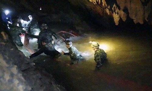 Thợ lặn đi vào hang Tham Luang để giải cứu đội bóng nhí hôm 8/7. Ảnh: AP.