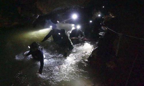 Đội cứu hộ đi bộ trong hang động ngập nước