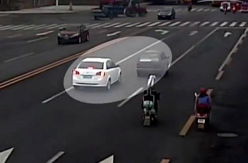 Xe của Vĩ bám theo kẻ bắt cóc.