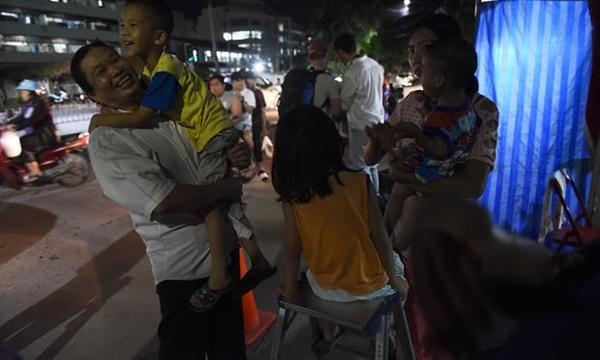 Người dân sống gần bệnh viên Chiang Rai, nơi các thành viên đội bóng nhí Thái Lan được đưa tới sau khi thoát khỏi hang, bày tỏ vui mừng vì thành công của chiến dịch giải cứu. Ảnh: AFP.