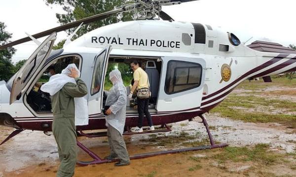 Trực thăng chờ sẵn để phục vụ công tác cứu hộ đội bóng. Ảnh: Reuters.