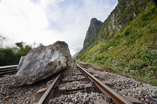 Ba tảng đá làm 200m đường sắt hư hỏng nặng.Ảnh:CTV