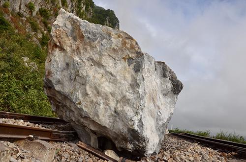 Tảng đá to nhất khoảng 25m3, nặng hàng chục tấn. Ảnh: CTV