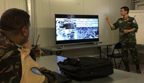Đại uý Khánh giới thiệu với sỹ quan các nước tại Sở chỉ huy Phân khu Tây về lịch sử quân đội nhân dân Việt Nam. Ảnh: NVCC.