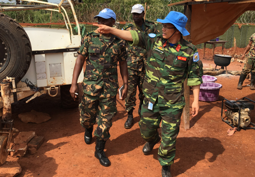Sĩ quan Nguyễn QuốcKhánh trong một lần đi thăm và làm việc tại doanh trại của Tiểu đoàn bộ binh Tanzania. Ảnh: NVCC.
