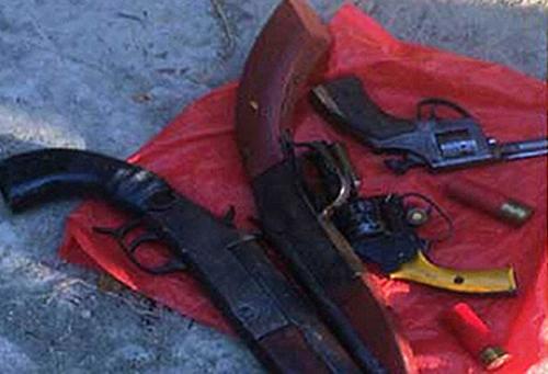 Bốn khẩu súng bị vứt trên đường. Ảnh:T. Thanh.