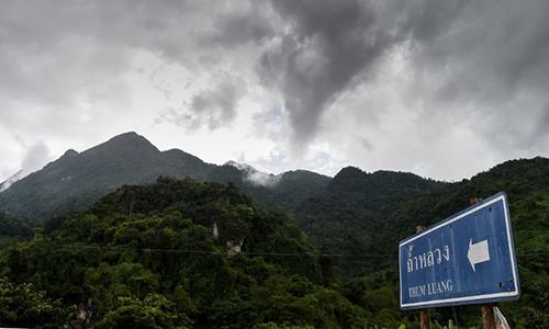Bầu trời âm u tại khu vực hang Tham Luang hôm qua. Ảnh: AFP
