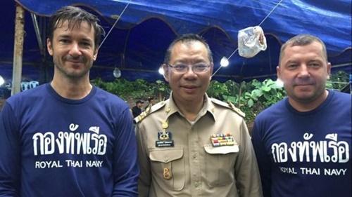 Từ trái sang, Ben Reymenants cùng chỉ huy chiến dịch giải cứu Narongsak Osotthanako  và thợ lặn Maksym Polejaka. Ảnh: Facebook.