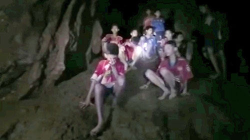 12 cậu bé và một huấn luyện viên mắc kẹt trong hang Tham Luang lúc mới được phát hiện. Ảnh: SEAL Thái Lan.