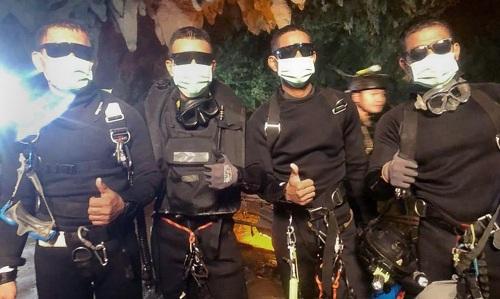 4 đặc nhiệm SEAL cuối cùng thoát khỏi hang sau một tuần túc trực bên các thiếu niên. Ảnh: ABC News.