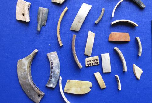 Đồ đá khai quật tại Vườn Chuối. Ảnh: Nguyễn Văn Huy.