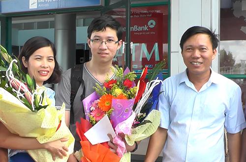 Phan Đăng Nhật Minh (giữa) có điểm thi THPT Quốc gia cao nhất tỉnh Quảng Trị. Ảnh: Quang Hà