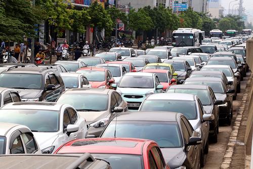 Xe nhập khẩu giảm mạnh khiến thị trường đi xuống.