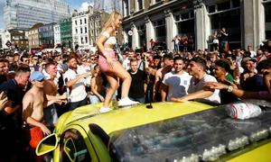Fan tuyển Anh phá xe cấp cứu khi mừng thắng trận