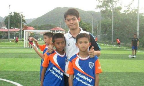 Huấn luyện viên Ekkapol Ake Chantawong (giữa) và các cầu thủ nhí. Ảnh:ETToday.