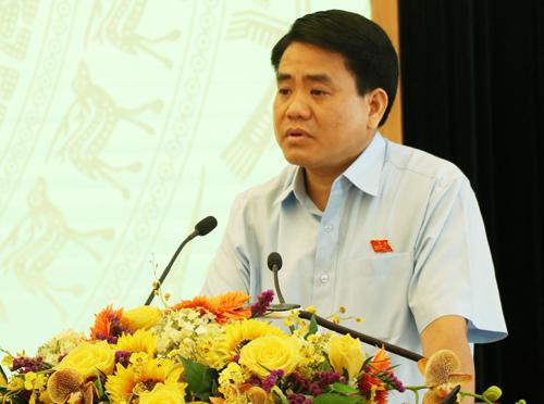 chủ tịch UBND TP Nguyễn Đức Chung trả lời cử tri Hoàn Kiếm chiều 11/7. Ảnh: Võ Hải.