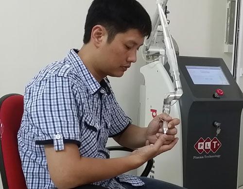 TS Đỗ Hoàng Tùng kiểm tra máy có chiếu tia plasma lạnh. Ảnh: T. Anh.