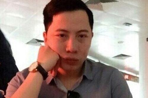 Nguyễn Thanh Tùng khi bị bắt quả tang nhận tiền của vợ chồng anh Doãn.