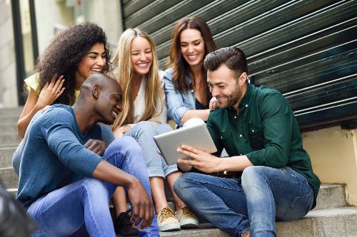Du học sinh được phép đi làm thêm trong khi học tại Mỹ và Canada.