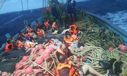 Những du khách Trung Quốc được giải cứu sau vụ chìm tàu ngày 5/7 ngoài khơi đảo Phuket, Thái Lan. Ảnh:CNN.