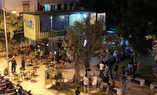 Cảnh sát vây bắt Bình tại quán cà phê ở quận 12. Ảnh: Quốc Thắng,.