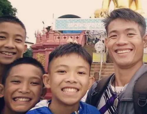 Thái Lan cân nhắc cấp quốc tịch cho huấn luyện viên từng kẹt trong hang - ảnh 1