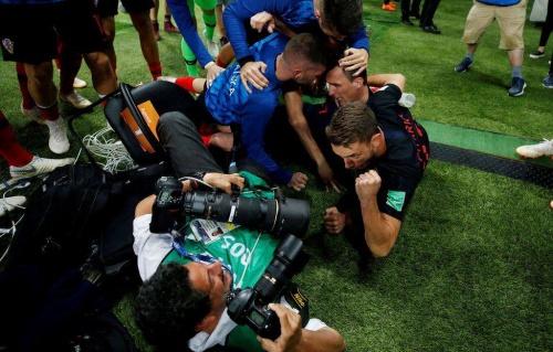 Nhiếp ảnh gia kẹt dưới màn ăn mừng của tuyển Croatia - ảnh 1