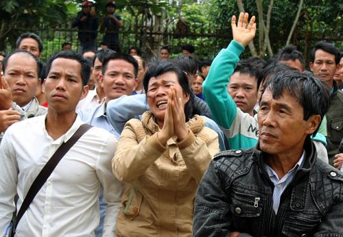 Nhiều người thân bị cáo Đặng Văn Hiến đã khóc lóc, quỳ xuống xin HĐXX xem lại bản án.