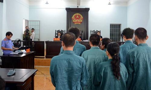 Đại diện Viện kiểm sát đọc cáo trạng truy tố 7 bị cáo tại phiên tòa. Ảnh: Thái Hà