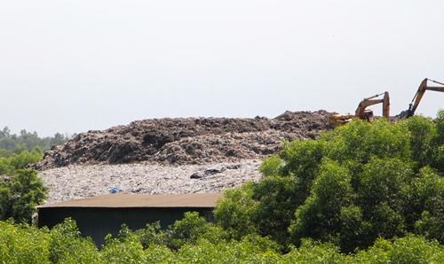 Rác thải chất cao như núi không che đậy tại nhà máy xử lý rác Thủy Phương. Ảnh: Võ Thạnh
