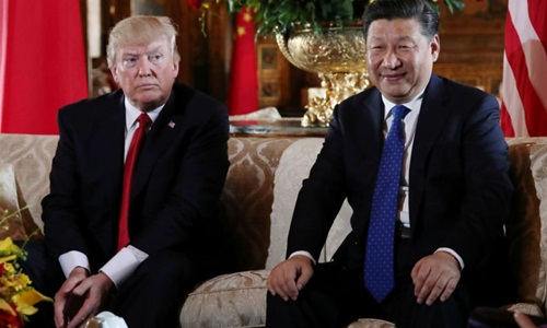 Tổng thống Mỹ Donald Trump (trái) đón tiếp Chủ tịch Trung Quốc Tập Cận Bình tại khu nghỉ dưỡng Mar-a-Lagoở bang Florida hồi tháng 4/2017. Ảnh: Reuters.