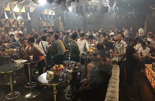 Trăm cảnh sát đột kích quán bar trên tầng 5 khách sạn ở Sài Gòn - ảnh 1