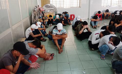 Trăm cảnh sát đột kích quán bar trên tầng 5 khách sạn ở Sài Gòn - ảnh 3