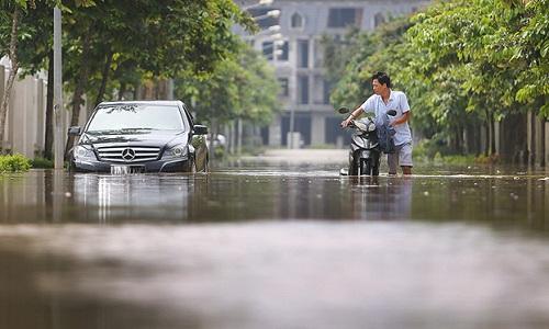 Những trận mưa lớn khiến người dân Hà Nội gặp khó khăn khi sử dụng phương tiện giao thông. Ảnh: Ngọc Thành