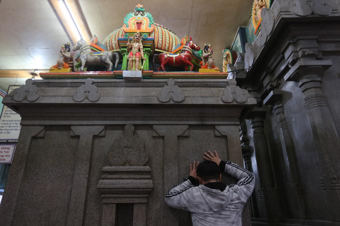 Úp mặt vào đá cầu nguyện trong ngôi đền Ấn Độ ở Sài Gòn