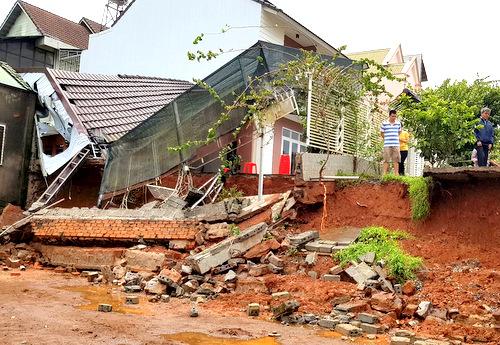 Phần đất giáp ranh nguy cơ vẫn sẽ tiếp tục sạt lở khi xảy ra mưa lớn.