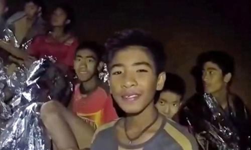 Đội bóng nhí Thái đã đào bùn bằng tay để tránh nước lũ trong hang - ảnh 1