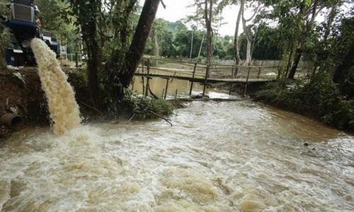 Nước được bơm khỏi hang Tham Luang hôm 10/7. Ảnh: Bangkok Post.