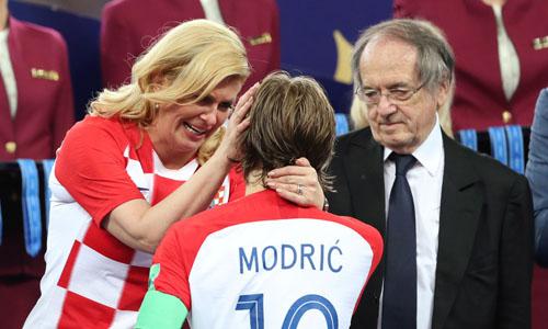 Nữ tổng thống Croatia Grabar-Kitarovic an ủi cầu thủ Luka Modric sau trận chung kết. Ảnh: Reuters.