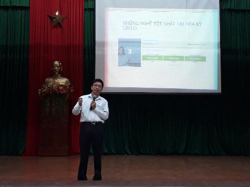 Giaso sư, tiến sĩ khoa học Phùng Hồ Hải nói chuyện với sinh viên tại trường ĐH Quy Nhơn.