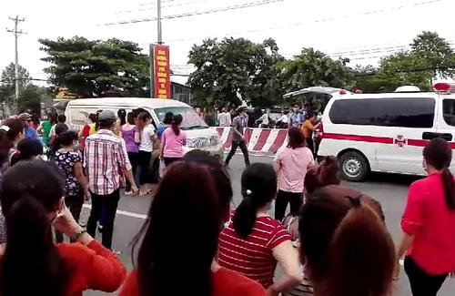Các công nhân bị ngất vì hít khí gasđược chuyển đi cấp cứu. Ảnh: Nguyệt Triều.