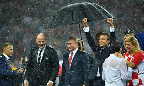 tong-thong-phap-va-croatia-duoc-ca-ngoi-khi-doi-mua-trao-huy-chuong-world-cup