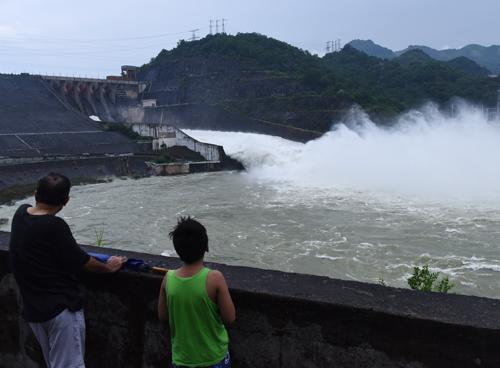 Trưởng Ban chỉ đạo trung ương phòng chống lụt bão Nguyễn Xuân Cường đề nghị các đơn vj liên quan thực hiện nghiêm việc đảm bảo an toàn cho người dân khi hồ Hoà Bình xả lũ. Ảnh: Giang Huy.