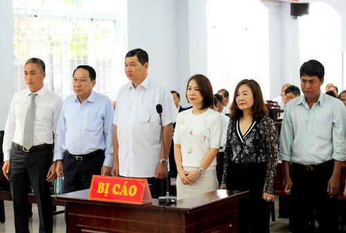 Ông Bình (thứ 2 bên trái) cùng các bị cáo tại phiên tòa. Ảnh: Nguyễn Khoa